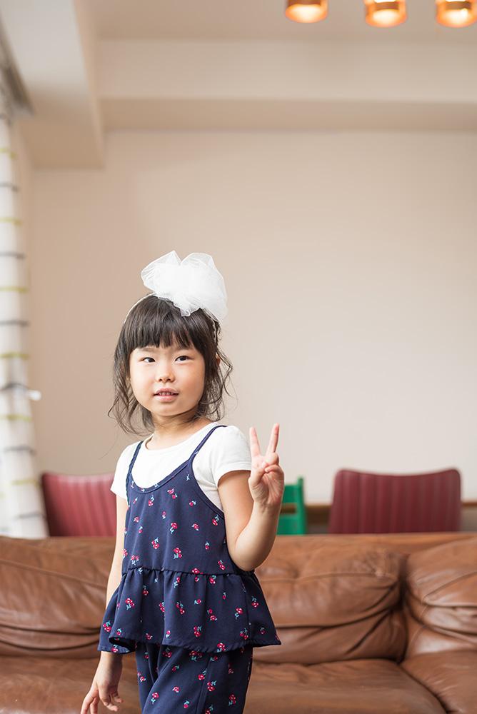 ピースサインの女の子の写真