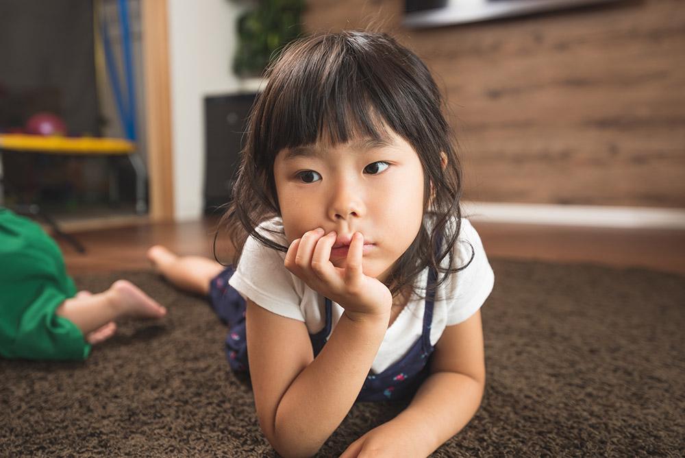 くつろぐ女の子の写真