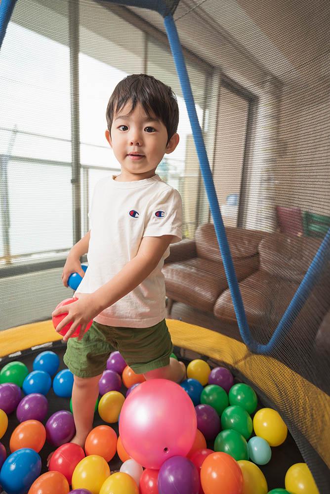 ボールプールと男の子の写真