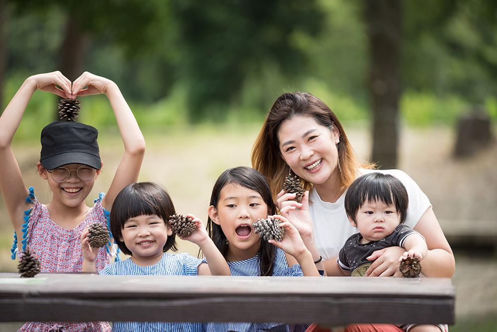 緑地公園での家族写真