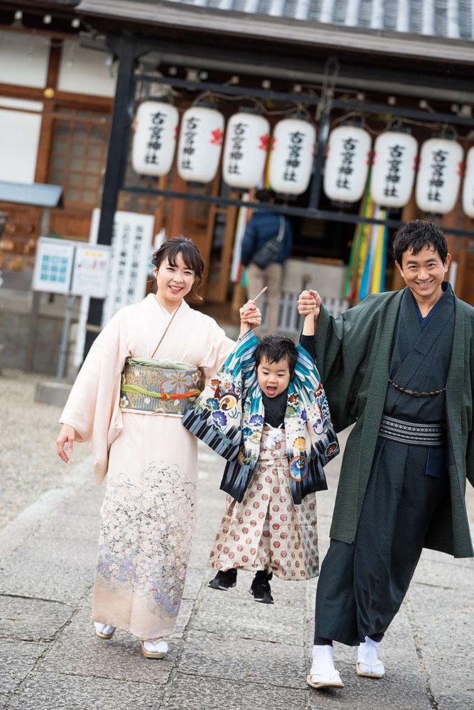 着物を着て遊んでいる親子の写真