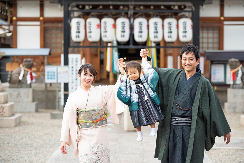 神社で七五三で遊んでいる写真