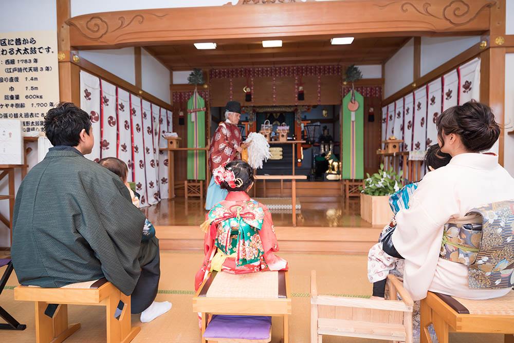 社殿でのご祈祷中の写真
